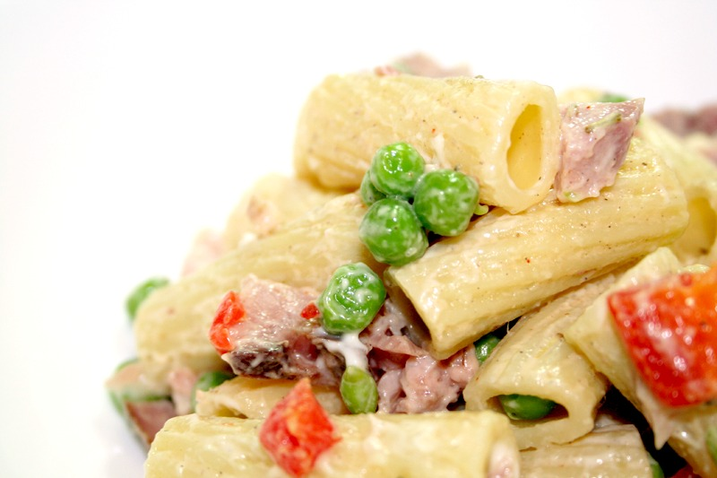 Simple Pasta Salad with Roasted Peppers, Ham and Peas © Spice or Die
